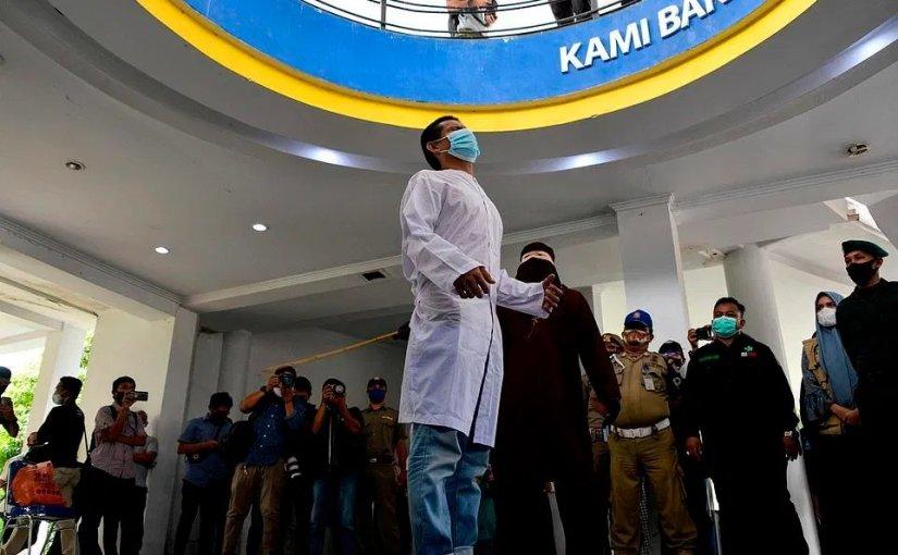 Humillación pública a dos homosexuales enIndonesia